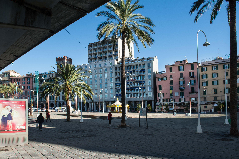 Piazza Caricamento e il palazzo di via Sottoripa 1A/Caricamento square and Sottoripa building